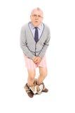 Senior mit den Hosen, die nach unten seine Gabelung halten Stockfoto