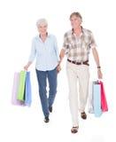 Senior pary odprowadzenie z torba na zakupy zdjęcia stock
