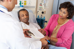 Senior-Patient Doktor-Explaining Consent Form To stockfotografie