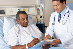 Senior-Patient Doktor-Explaining Consent Form To Lizenzfreie Stockfotos