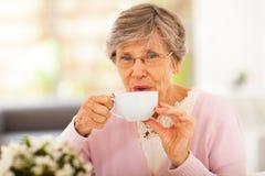 Senior pije herbata Zdjęcia Stock