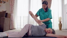 Senior podczas rehabilitaci z physiotherapist po r?ka urazu zbiory