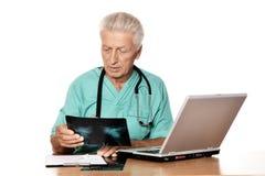 Senior positive doctor Royalty Free Stock Photos