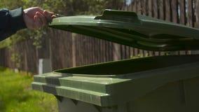 Senior przechodzić na emeryturę starego człowieka miotania śmieci w zieleń przetwarza śmieciarskiego kosz zbiory