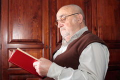 Senior reading a book Royalty Free Stock Photography
