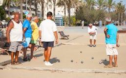 Senior-Spanierspiel Bocce auf dem Strand stockfotos