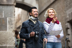 Senior travellers with city map Royalty Free Stock Photography
