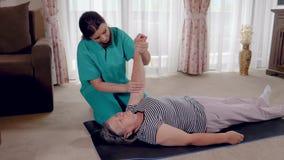 Senior während der Rehabilitation mit Physiotherapeuten nach einer Armverletzung stock footage