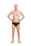 Senior w czarnych pływanie bagażnikach i błękitnej pływackiej nakrętce Zdjęcia Royalty Free