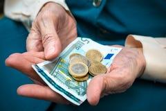 Senior woman counting money Royalty Free Stock Photos