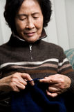 Senior woman knitting Royalty Free Stock Photography