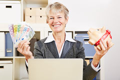 Senior woman in office with money Royalty Free Stock Photography