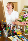 Senior woman painting picture Royalty Free Stock Photos
