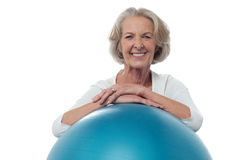 Senior woman posing with exercise ball Royalty Free Stock Photography