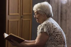 Senior woman reading book Royalty Free Stock Image