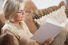 Senior woman reading book Royalty Free Stock Photos