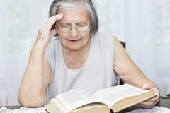 Senior woman reading Royalty Free Stock Photography