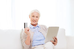 Senior woman with tablet pc and credit card Royalty Free Stock Photos