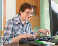 Senior woman using keyboard Royalty Free Stock Photos