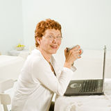 Senior women and laptop computer Royalty Free Stock Photography