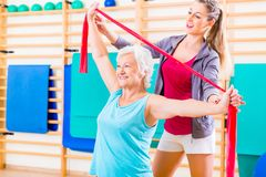 Senior woman with stretch band at fitness Royalty Free Stock Photos