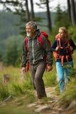 Senior wycieczkuje w wysokich górach z jego córką obraz stock