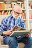 Senior z Alzheimer jest przyglądającymi fotografiami w albumu fotograficznym obraz royalty free