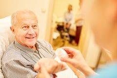 Senior z demencją dostaje lekarstwo zdjęcie stock
