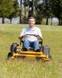 Älterer Mann auf nulldrehungsRasenmäher auf Rasen Lizenzfreies Stockfoto