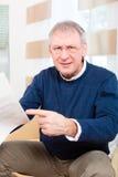 Senior zu Hause, der negative Mitteilung empfängt Lizenzfreies Stockfoto