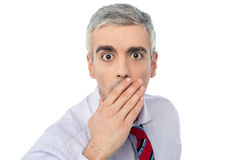 Seniora dojrzałego mężczyzna końcowy usta z ręką obrazy royalty free
