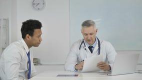 Seniora Doktorski Opowiadać z pacjentem w klinice, Dyskutuje raport medycznego zbiory