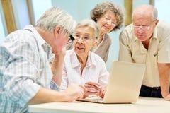 Seniora grupowy pełny ciekawość na laptopu pececie obraz stock
