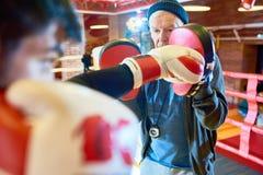 Seniora trener w Bokserskim pierścionku zdjęcia royalty free