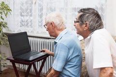 Seniorcomputerlernen Stockbild