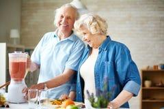 Senioren in der Küche Stockbilder