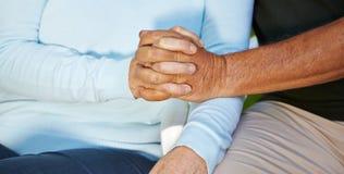 Senioren in der Liebe, die Hände anhält Lizenzfreies Stockbild