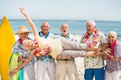 Senioren, die ältere Frau tragen lizenzfreie stockfotografie