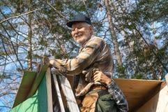 Senioren, die eine Jägerkabine gestalten Lizenzfreie Stockfotos