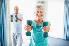 Senioren, die Gewichte verwenden stockbild