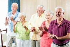 Senioren, die Hände klatschen Lizenzfreie Stockfotografie