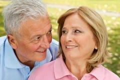 Senioren, die Moment lieben Stockfotos