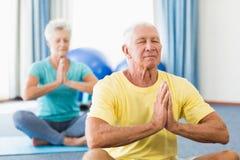 Senioren, die Yoga durchführen stockfotos
