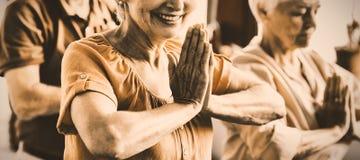 Senioren, die Yoga tun lizenzfreie stockfotos
