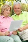 Senioren gelesen Lizenzfreie Stockfotos