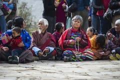 Senioren von Bhutan kleiden herkömmlich an und halten Gebetsperlen bei Puja, Bumthang, Mittel-Bhutan lizenzfreies stockbild