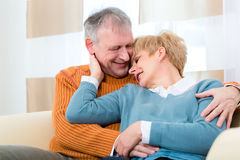 Senioren zu Hause noch in der Liebe schließlich jene Jahre Stockfotografie