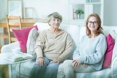 Seniorenbetreuungsassistent mit Patienten Stockfoto