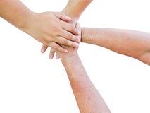 Seniorhände und junge Hände in der Einheit auf weißem Hintergrund Lizenzfreies Stockfoto
