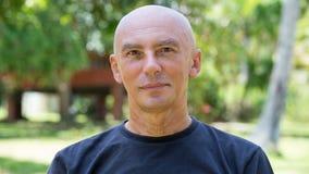 Seniorporträt, nachdenklicher alter kaukasischer Mann, der entlang der Kamera anstarrt Lizenzfreies Stockfoto